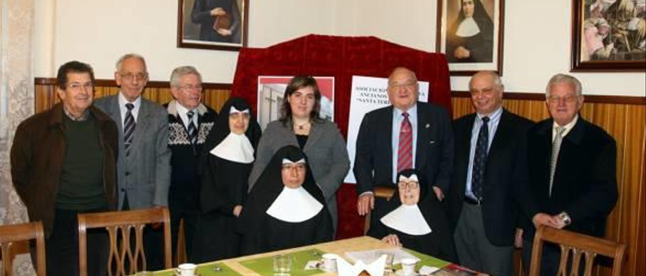 Alfredo Peretó, rodeado de colaboradores, junto a las monjas del asilo Teresa Jornet.