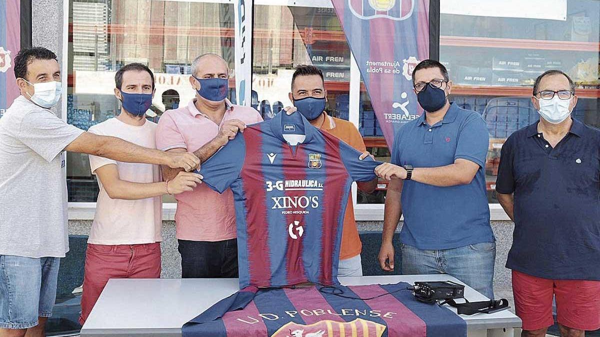 Troya posa con la camiseta junto a Molondro y distintos patrocinadores del club.