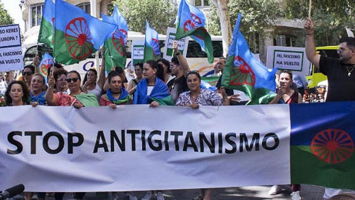 Un grupo de gitanos se manifiesta contra el antigitanismo y con la bandera romaní como símbolo.