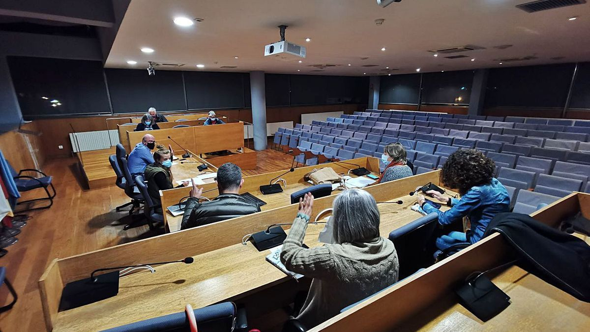 Comisión informativa de ayer en Cangas en donde se trató adelantar la hora del pleno. |   // SANTOS ÁLVAREZ