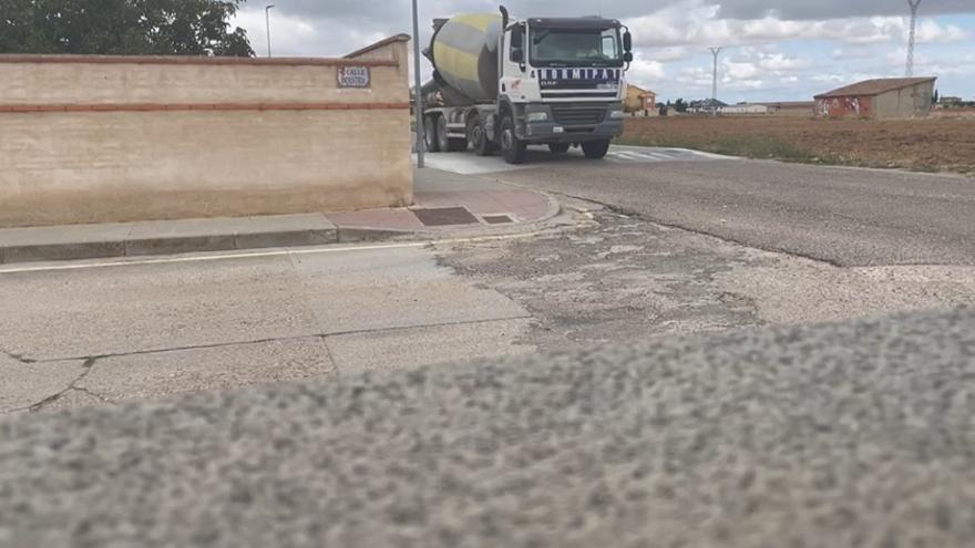 Un camión pasa junto a la casa afectada en Moraleja
