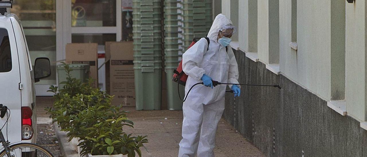 Trabajos de  desinfección en la residencia del Puig tras el brote notificado el 8 de octubre. | DANIEL TORTAJADA