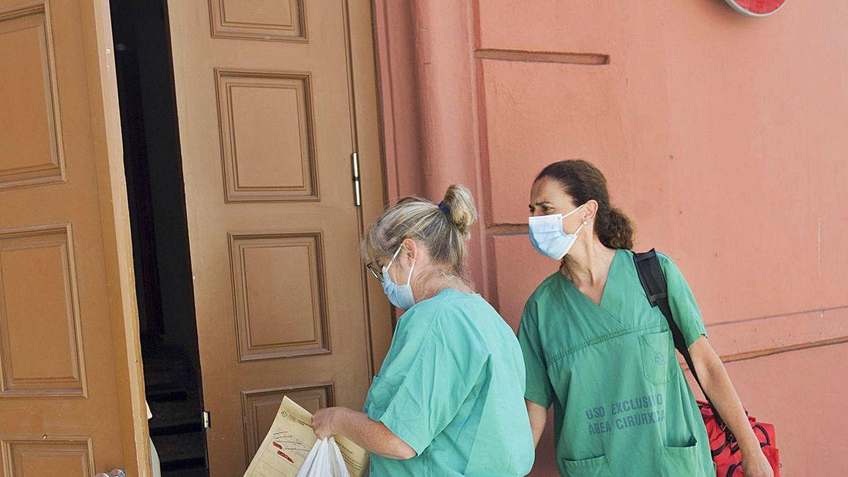 Personal del Sergas accede ayer al Hotel Finisterre.