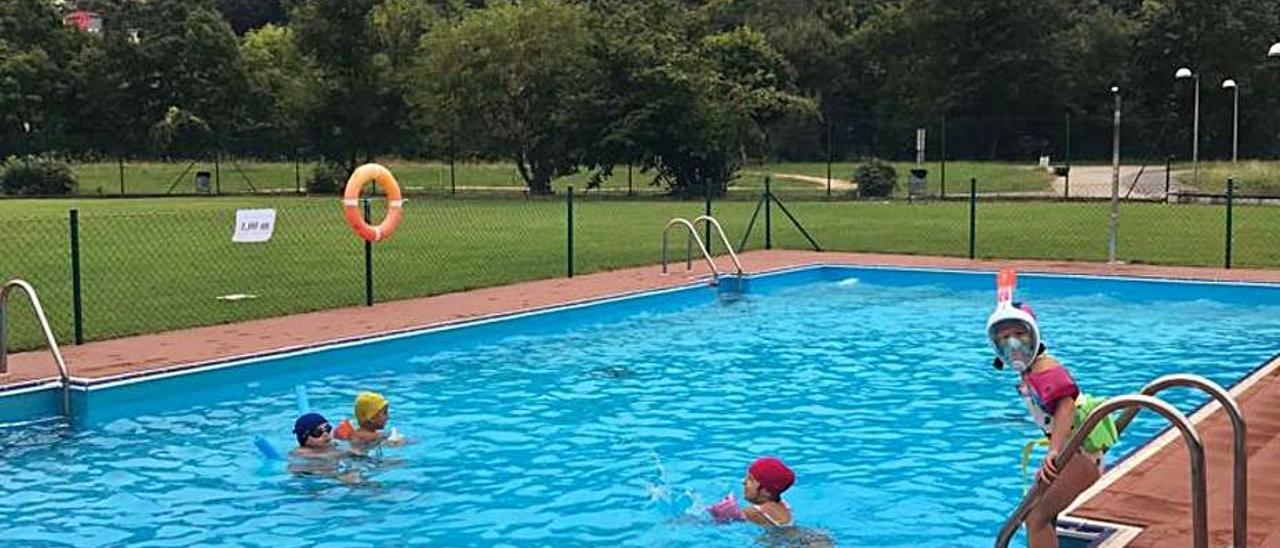 Un grupo de niños disfruta de las piscinas de Laviana.