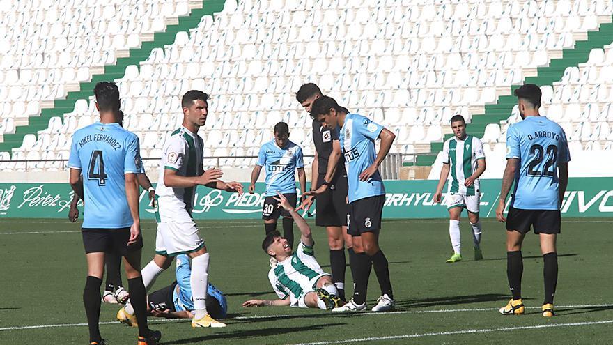 Un jugador del Córdoba se lamenta en el césped tras una entrada.jpeg