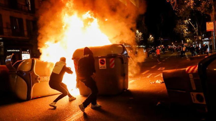 Graves disturbios en Barcelona contra las restricciones