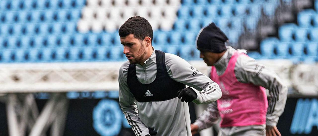 Aarón Martín durante el entrenamiento celebrado  ayer por el Celta en Balaídos.     // RCCELTA
