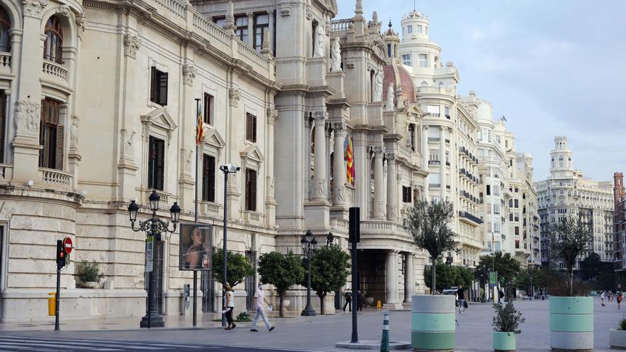 Los colores de la senyera iluminarán el Ayuntamiento, la Ciutat de les Arts o Porta de la Mar este domingo