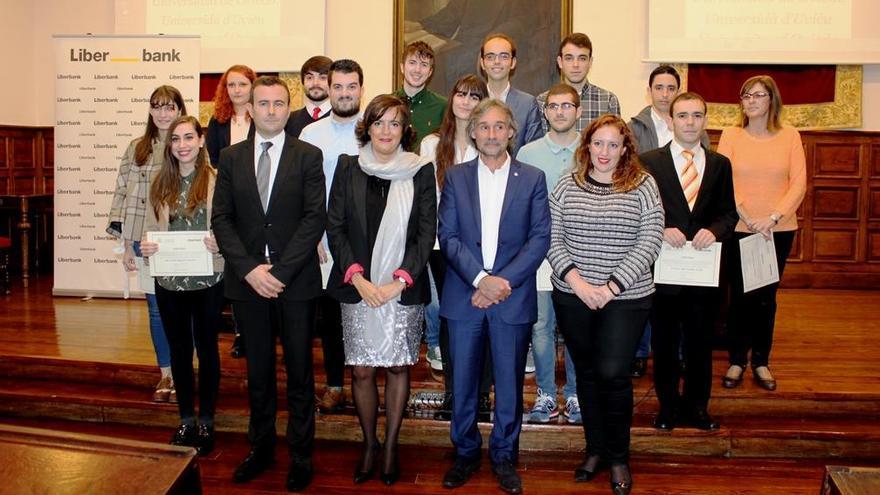 La Universidad entrega 130.000 euros en becas a 13 estudiantes para retener a talentos