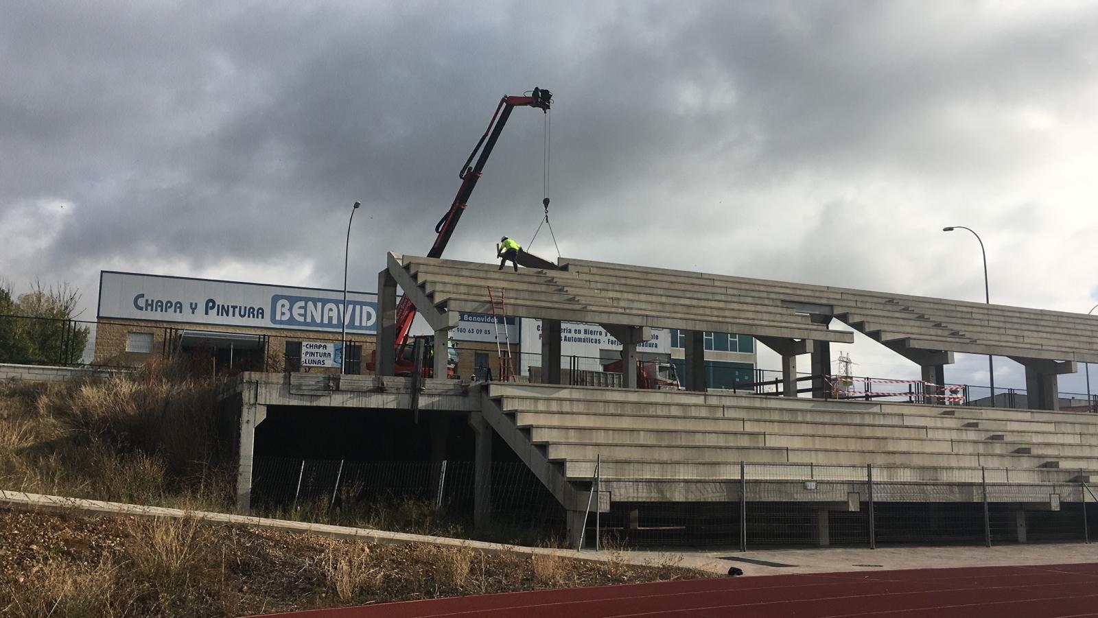 Así es el desmontaje de las gradas de las pistas de atletismo en Benavente para restaurar su legalidad