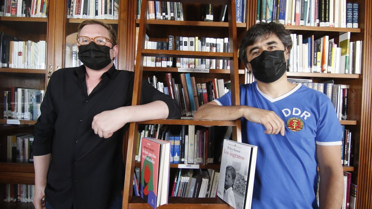 Dimas Prychyslyy y Pedro Simón posan con sus respectivas novelas en la biblioteca de la Fundación Gala.