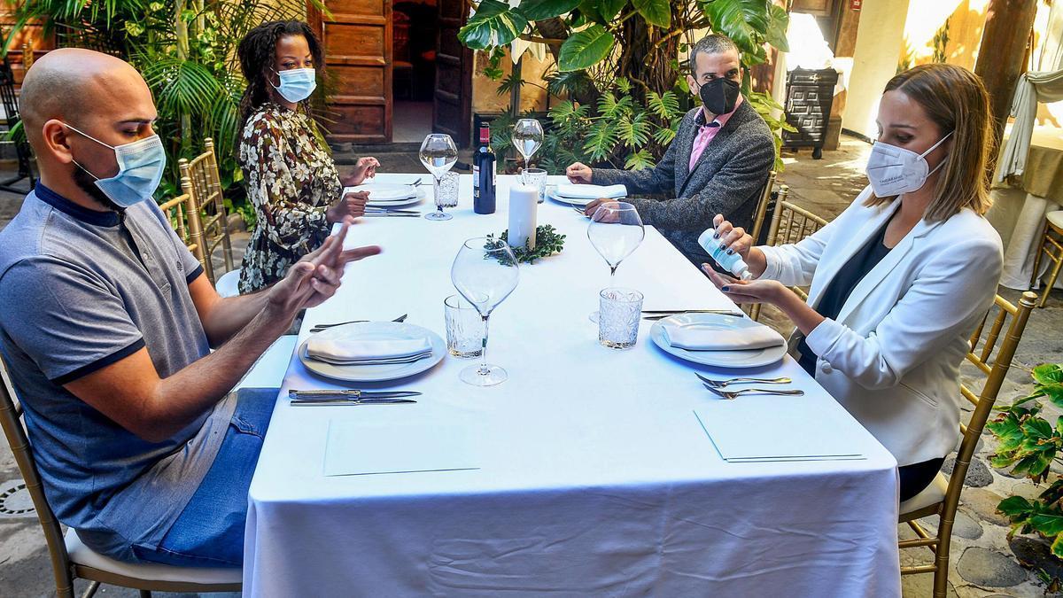 Cuatro actores participan en un simulacro de almuerzo en el que se respetan todas las recomendaciones sanitarias. | | JUAN CASTRO