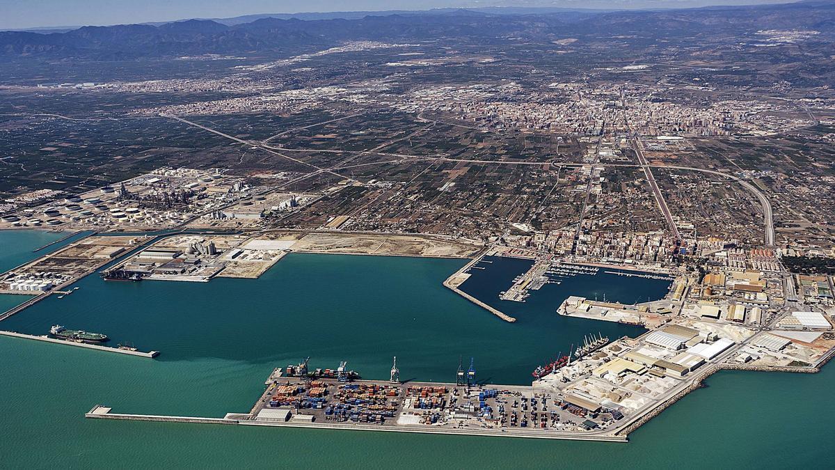 Imagen panorámica de las instalaciones del puerto de Castelló, donde instalarán los dos puentes.   MEDITERRÁNEO