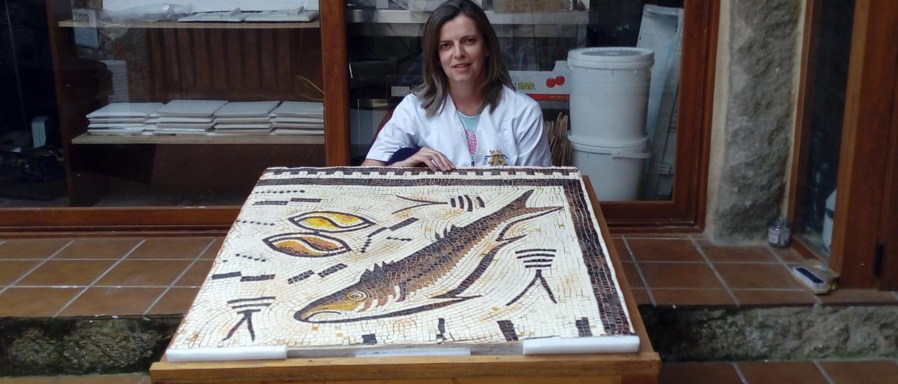 La restauradora Ana González, con la réplica del mosaico. // Cedida