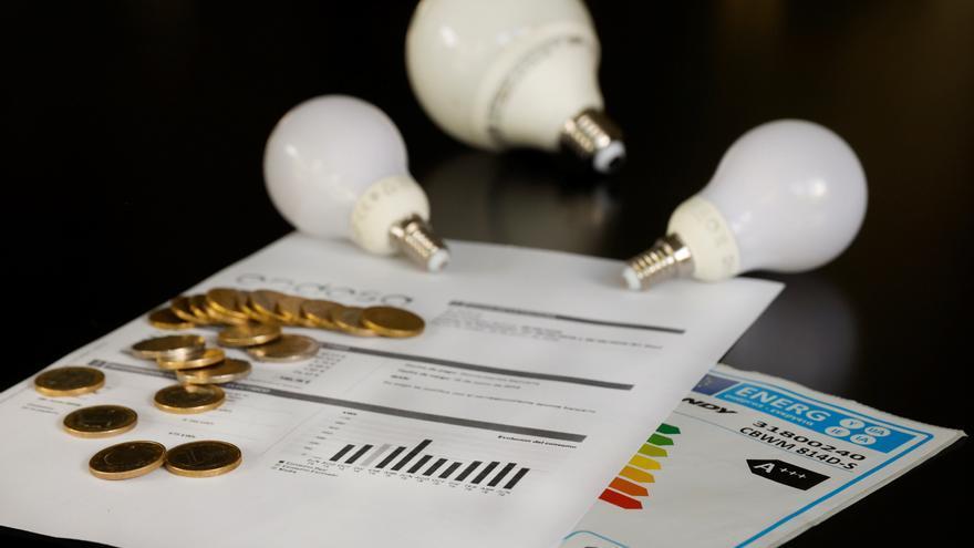 La CNMC denuncia que algunas eléctricas cobran un 30 % más por la luz