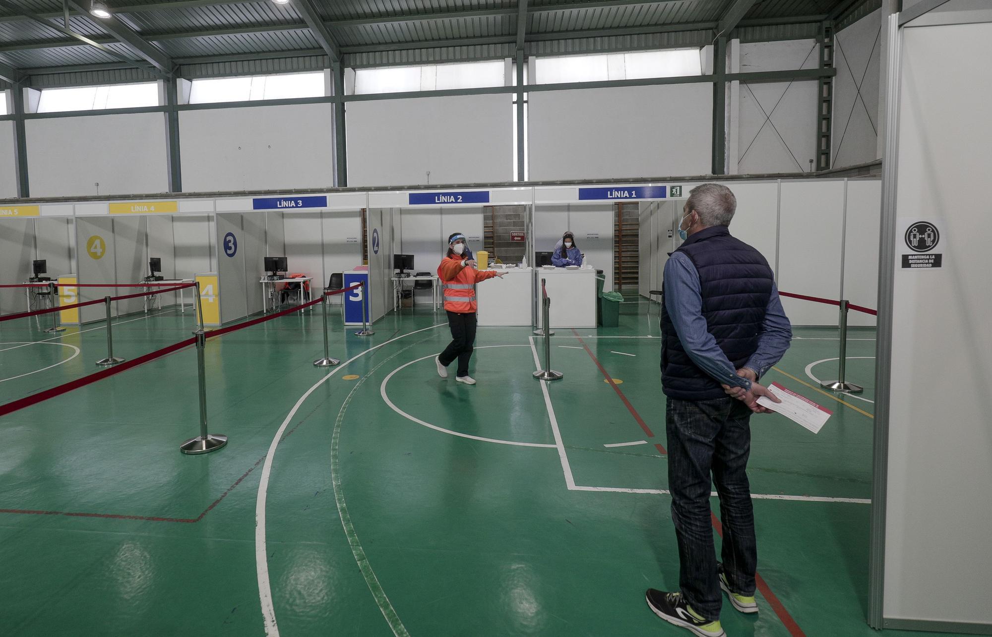 Francina Armengol visita el centro de vacunación ubicado en el polideportivo Mateu Cañellas de Inca