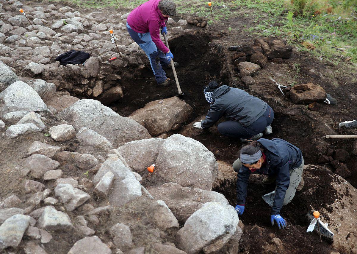 Trabajos de excavación en el monte O Castro