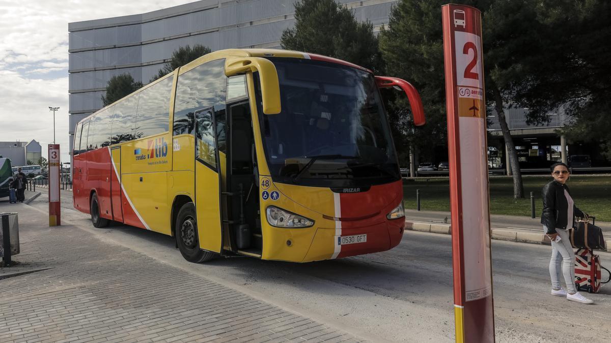 Imagen de archivo de un autobús en el aeropuerto de Palma.