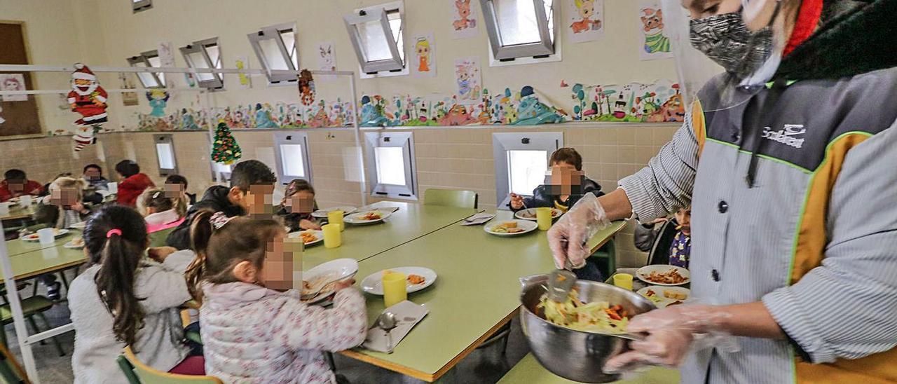 Niños en grupos reducidos durante el servicio de comedor en un centro educativo de Alcoy.