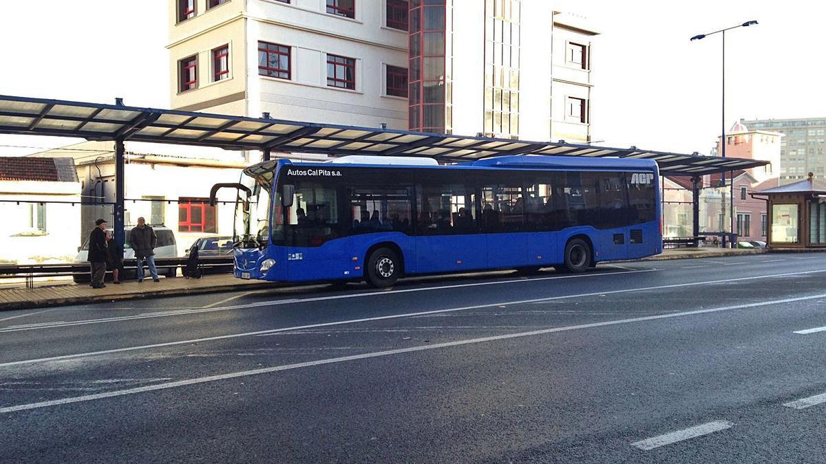 Un autobús, en la parada situada delante de Servizos Múltiples, en O Burgo. |   // LA OPINIÓN