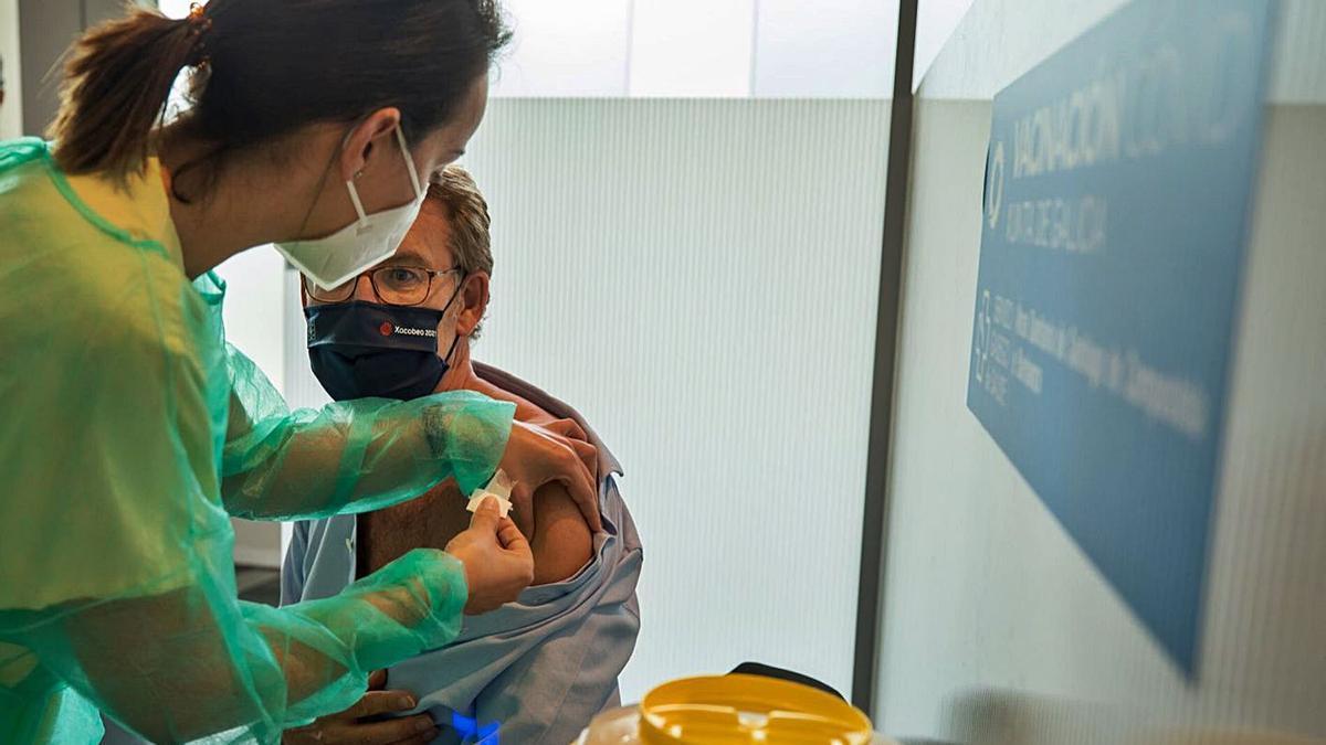 Feijóo recibe la primera dosis de AstraZeneca en Santiago. El presidente de la Xunta, Alberto Núñez Feijóo, recibió ayer por la tarde la primera dosis de la vacuna contra el coronavirus. Le tocó el vial de AstraZeneca. La administración de la vacuna tuvo lugar en las instalaciones de la Ciudad de la Cultura, habilitadas en Santiago para la vacunación masiva de la población contra el COVID-19.  Feijóo hizo cola y esperó como el resto de los ciudadanos convocados, hasta que le tocó su turno.  | FDV