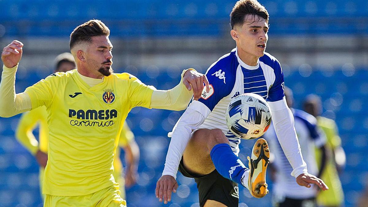 El herculano David Sánchezcontrola ante De la Fuente, del Villarreal B, en la primera vuelta