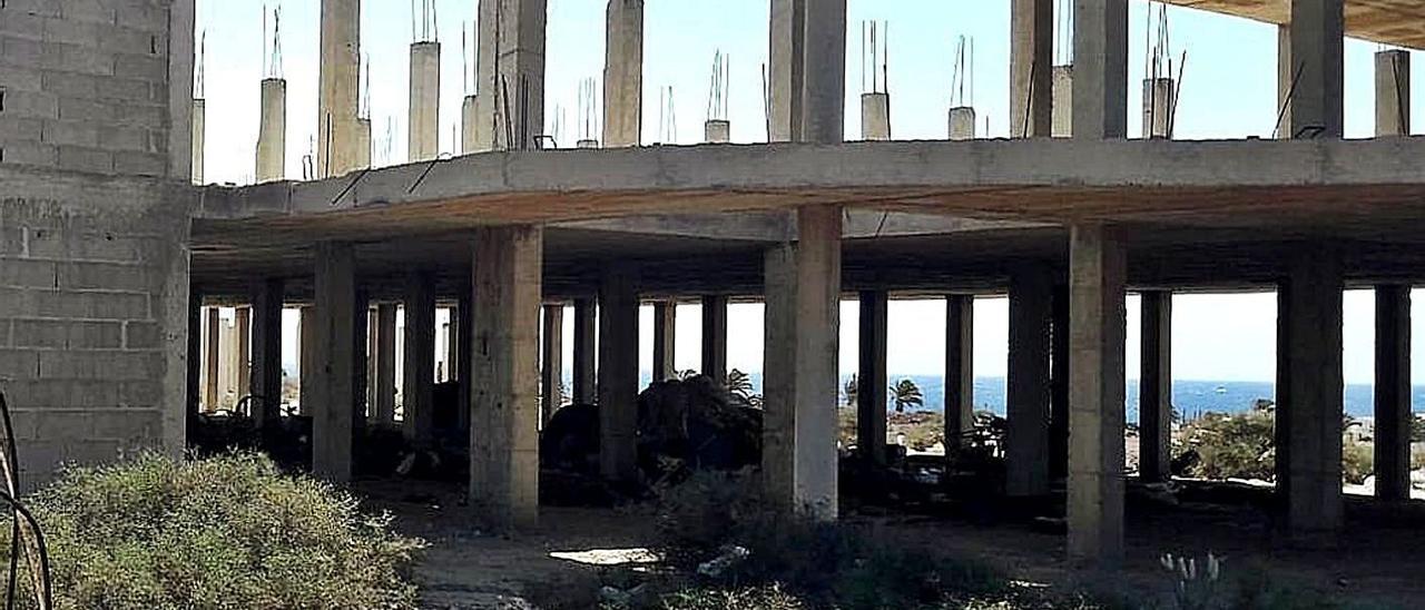 Uno de los 'esqueletos urbanísticos' en Costa Teguise denunciados por el PSOE.     LP/DLP