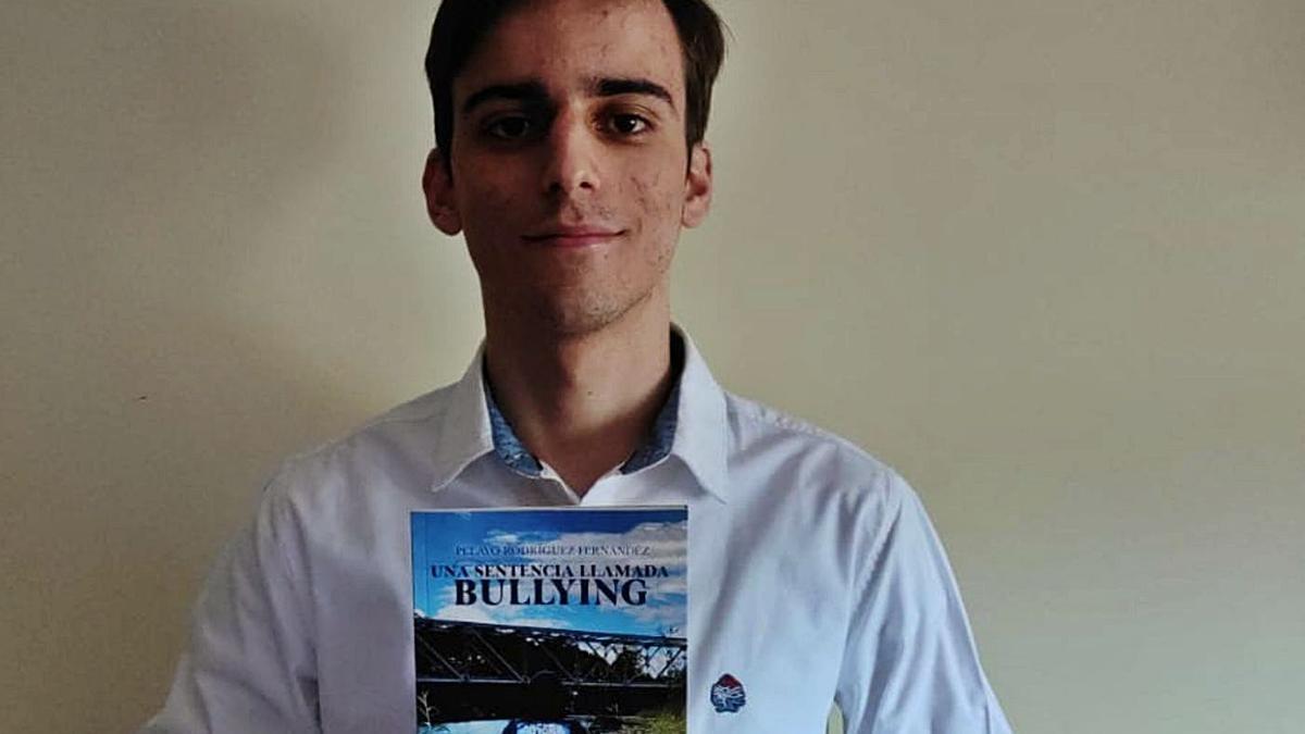 Pelayo Rodríguez, col so llibru, na so casa de La Pola de Siero. | A. I.
