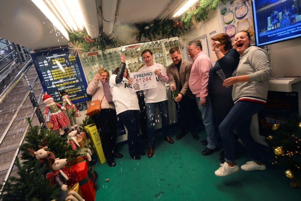 Los propietarios de la administración número 27, situada en El Corte Inglés de la Avenida de Ronda de Tejares, en el centro de la capital cordobesa, celebran el haber repartido dos décimos del segundo premio del Sorteo Extraordinario de Navidad, el 51.244. EFE