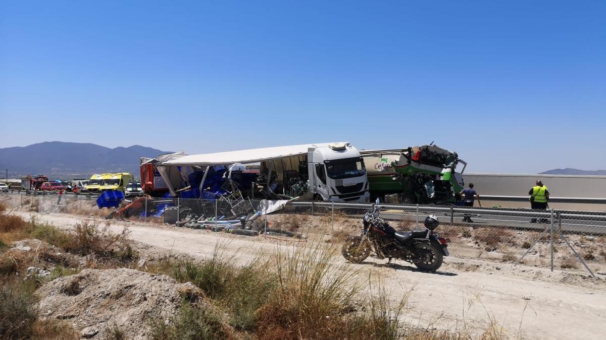 Un choque entre camiones en la A-30 deja varios heridos y cortes de tráfico