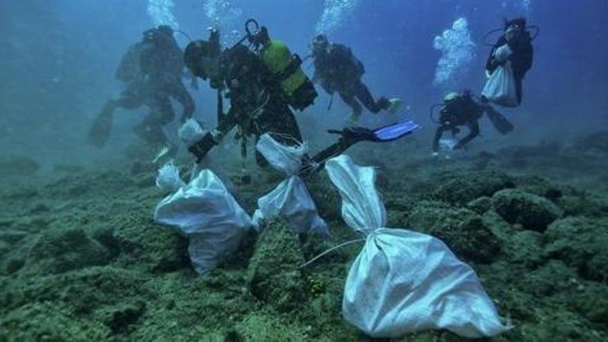 Limpieza de residuos en la marina de Arrecife procedentes de la atención a migrantes