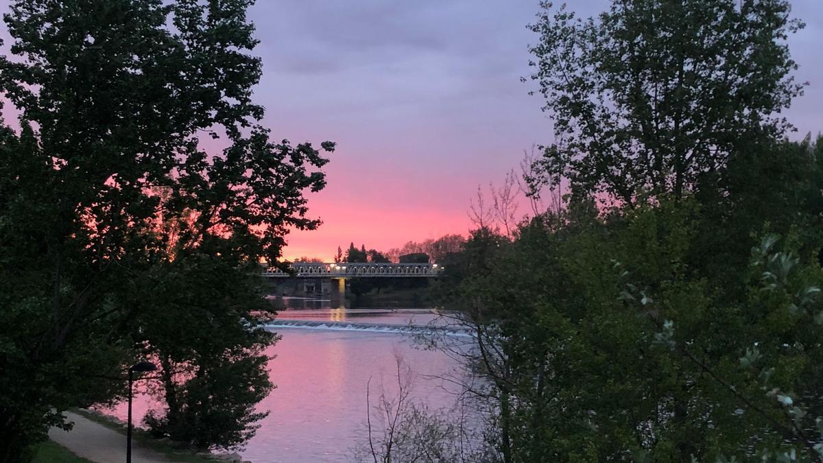 Previsión meteorológica para hoy martes 13 de abril en Zamora. En la imagen, amanecer a orillas del Duero.