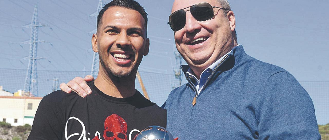 Miguel Ángel Ramírez Alonso -d-, presidente de la UD Las Palmas, junto a Jonathan Viera, en diciembre de 2019. | | LP/DLP