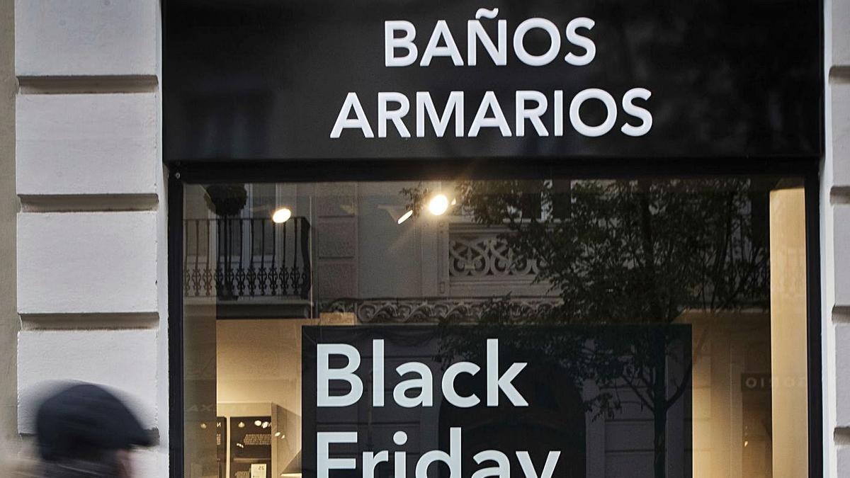 Un comercio de València con descuentos por el 'Black Friday' esta semana. | GERMÁN CABALLERO