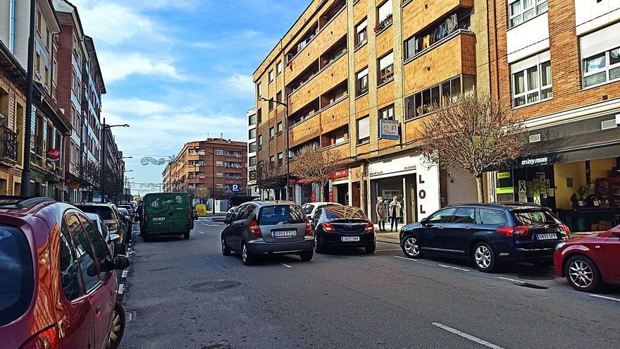 Siero quiere atajar el colapso en El Berrón: multará con 200 euros por aparcar en doble fila