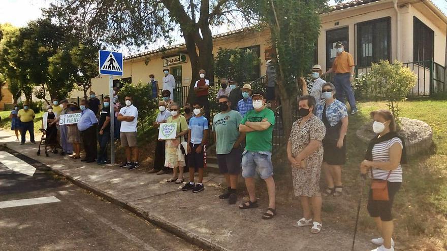 Medio centenar de vecinos se manifiesta en Pozoantiguo por la sanidad pública