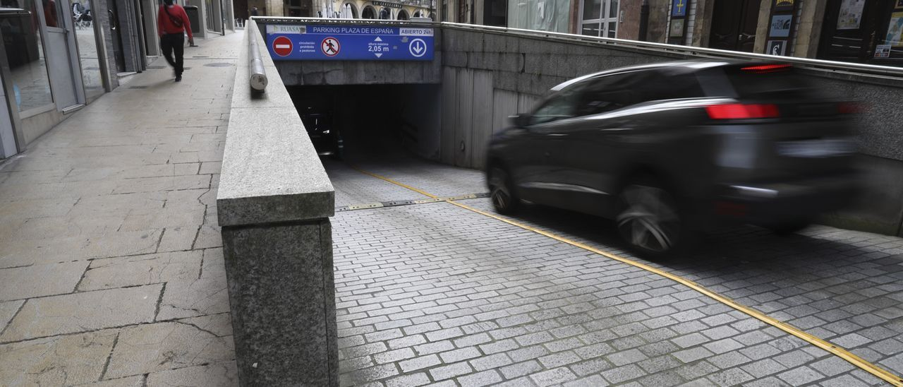 Acceso al aparcamiento de plaza de España.