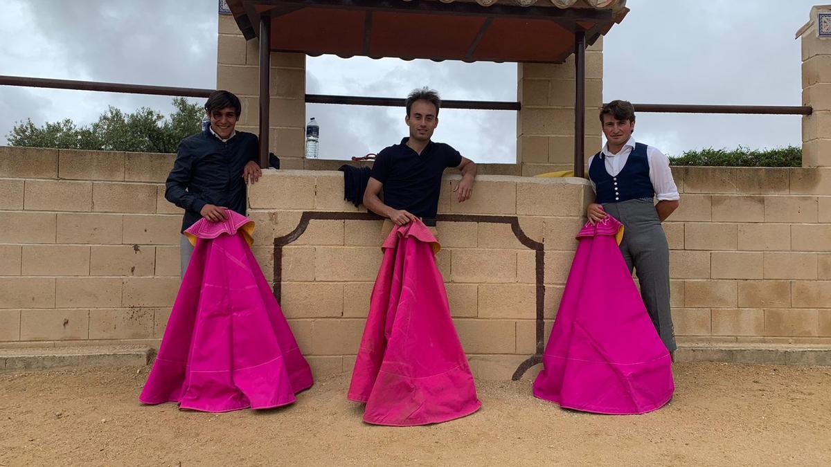 Los tres jóvenes anunciados esta tarde con los erales de Pedro Jovani durante un tentadero. CASALS