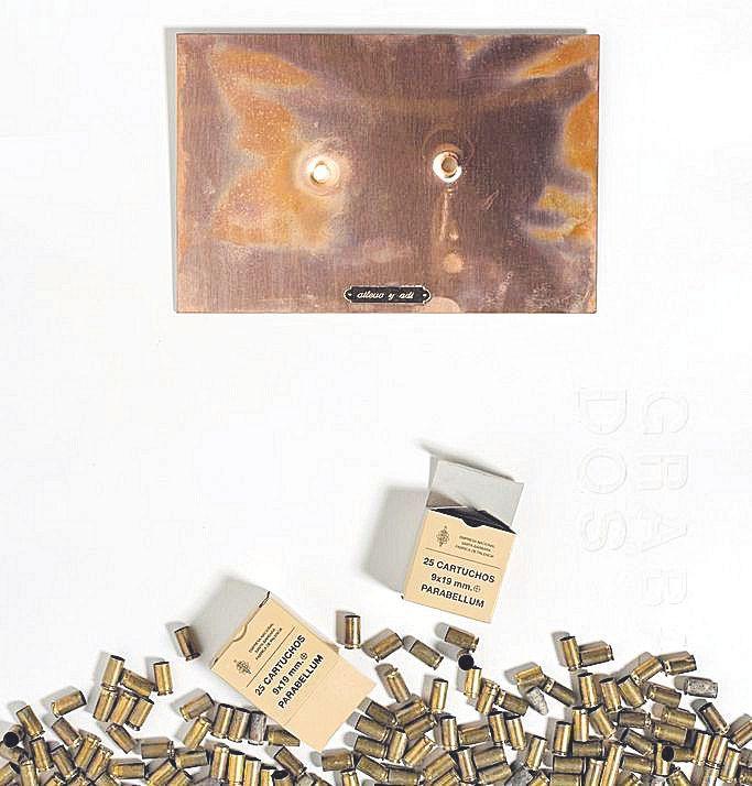 Plancha matriz utilizada por Ricardo Calero en el grabado Memoria, junto a casquillos de bala.