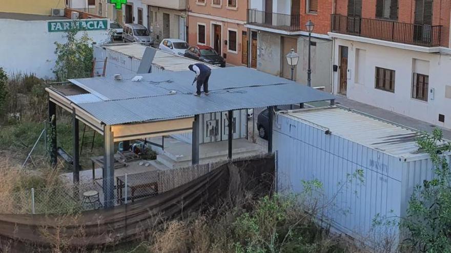 Rocafort desmantela un bar hecho  de contenedores tras un fallo judicial