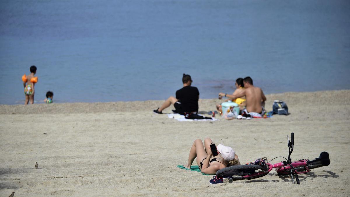 Vuelven los bañistas a las playas de Cartagena