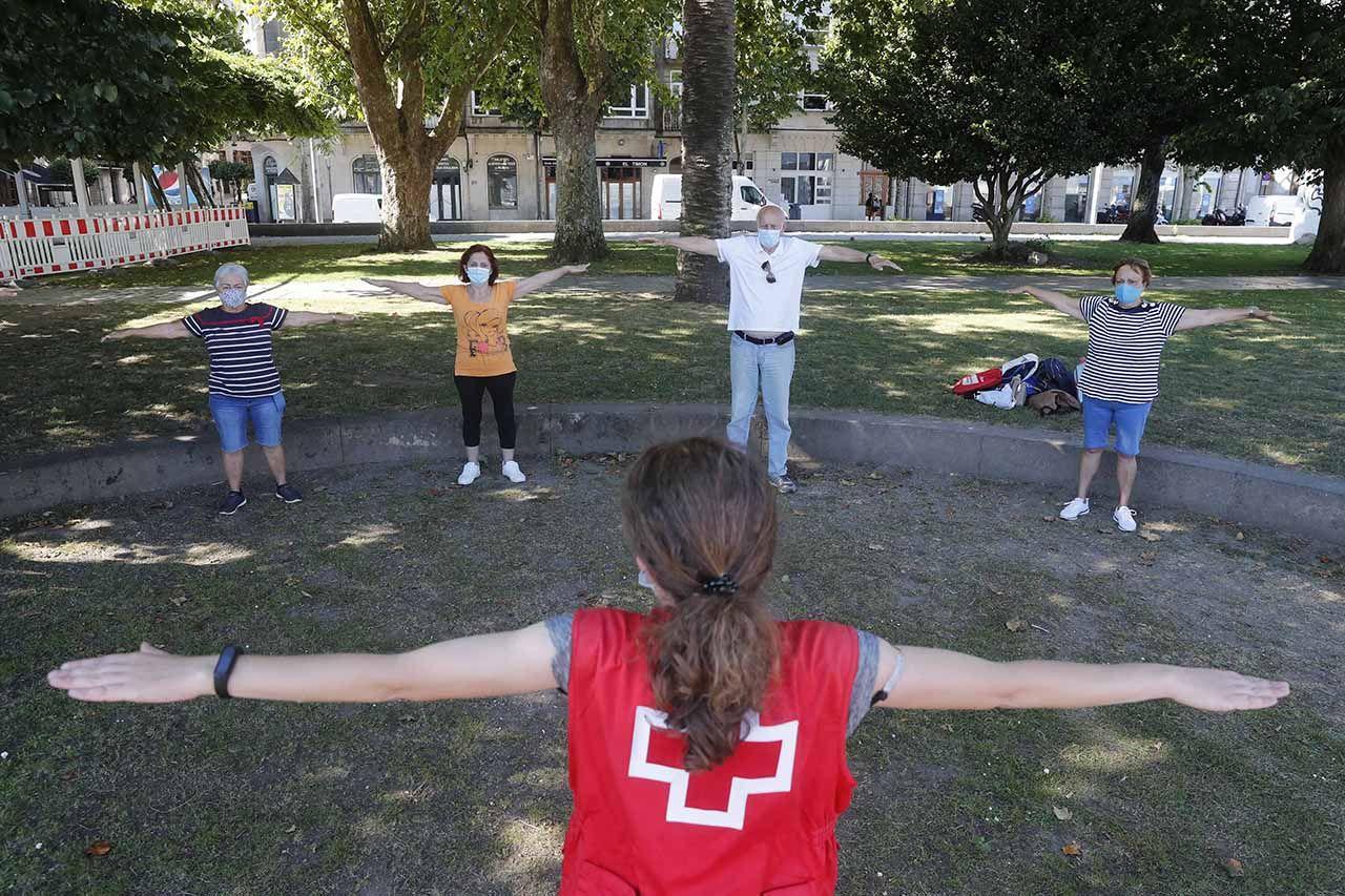 Taller de gimnasia para mayores de Cruz Roja en los jardines de Montero Ríos.     PABLO HERNÁNDEZ (2).jpg