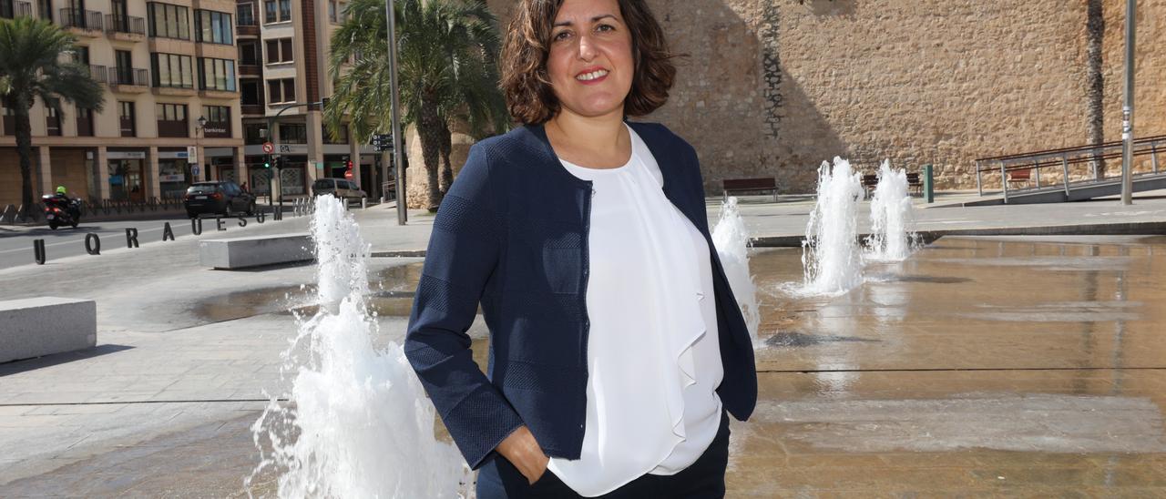 Eva Crisol, frente al Palacio de Altamira en Elche, en una imagen para esta entrevista.