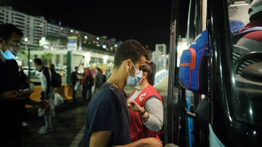 Trasladan a un hotel a los inmigrantes que no pueden viajar de Tenerife a la Península