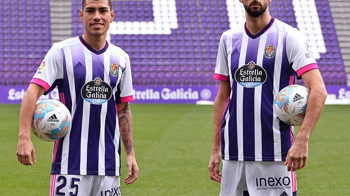 Olaza y Kodro, ayer durante su presentación como jugadores del Valladolid. |  // EFE