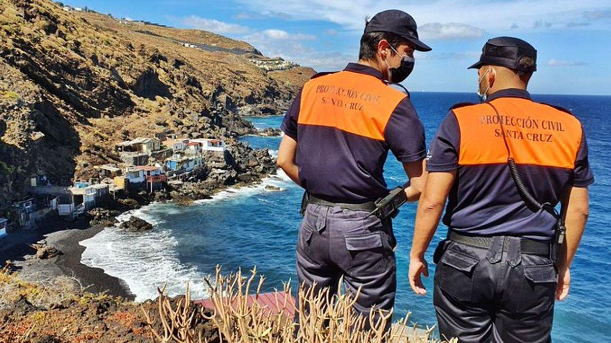 Voluntarios de Protección Civil de Santa Cruz de Tenerife en el recorrido del pasado martes para tratar de localizar al padre y a las niñas desaparecidas.