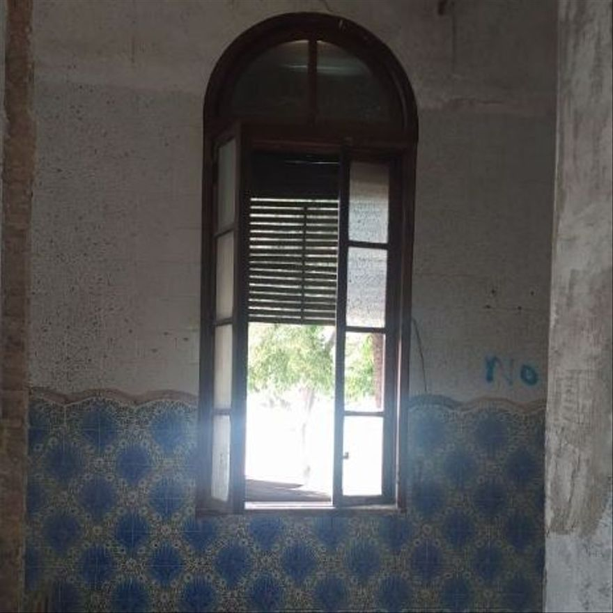 Detalla de los ventanales de madera y los azulejos de Villa Amparo.
