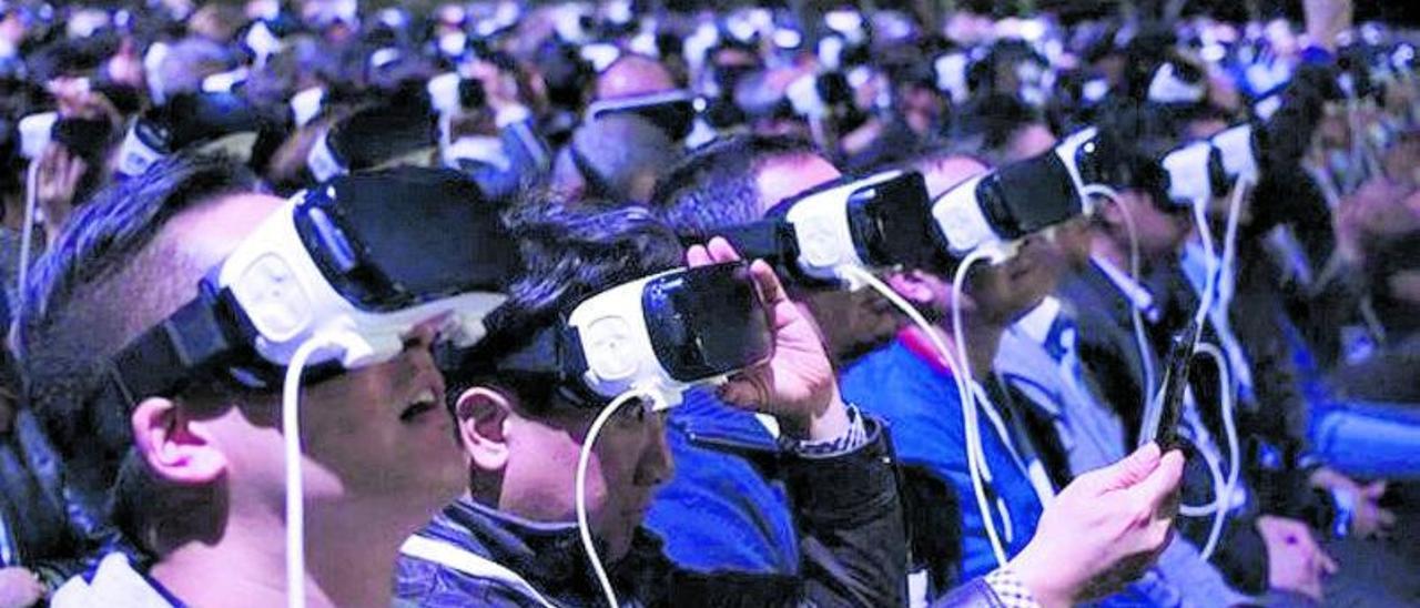 Un grupo de usuarios conectados a gafas de realidad virtual.