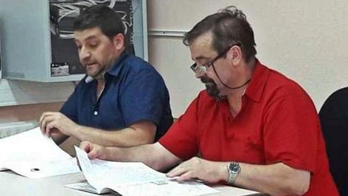 Cándido Ruiz, presidente de la asociación, y Valentín Carrasco durante un acto. | M. J. C.