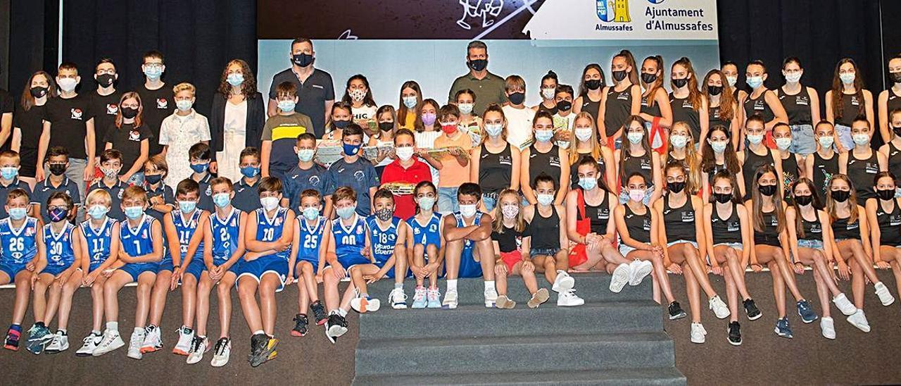 Un grupo de jóvenes deportistas de Almussafes sobre el escenario durante la gala. | LEVANTE-EMV